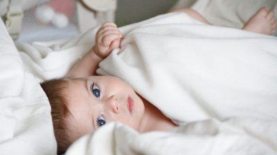 Posso dar ao meu bebé chás de ervas para acalmar as cólicas?