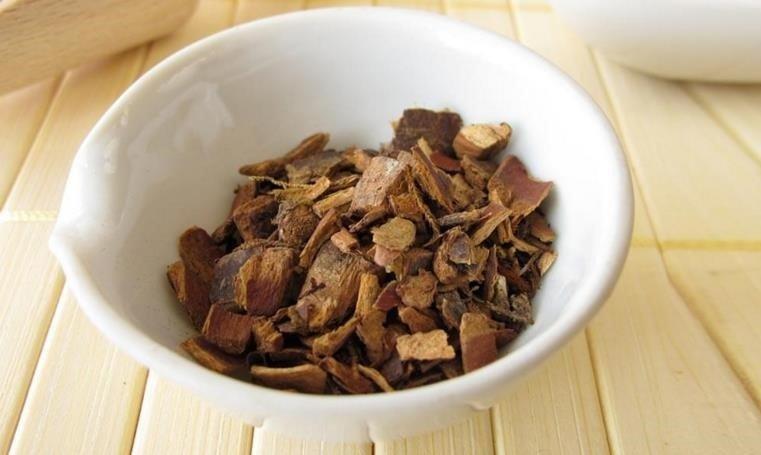 Pedaços de cáscara sagrada seca, ideais para fazer uma poderosa infusão